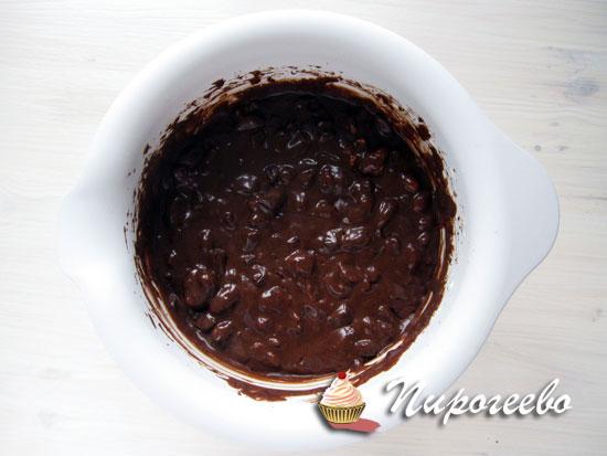 Перемешать с орехами шоколадное тесто