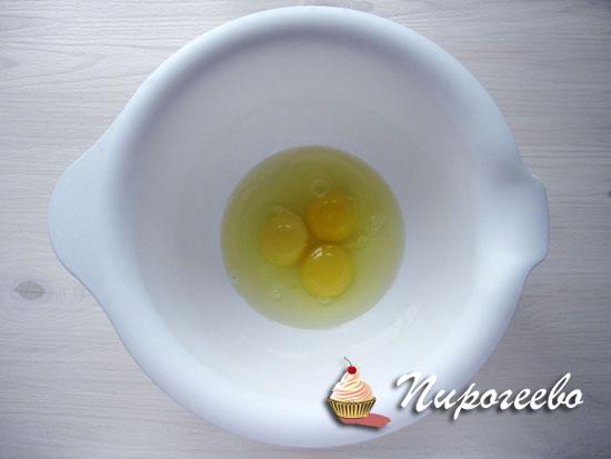 Разбить яйца в миску для взбивания