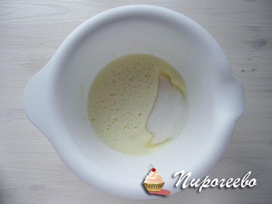 Добавить сахар к яйцам