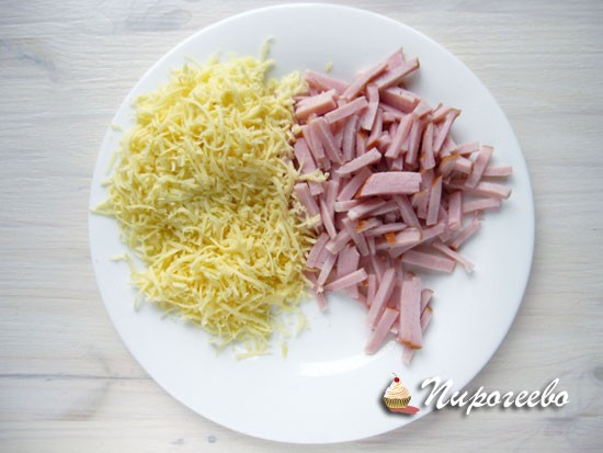 Мелко натереть сыр и нарезать ветчину
