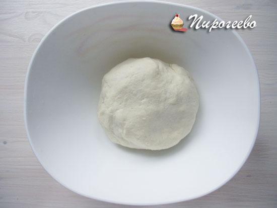 Тесто для булочек очень похоже на пельменное