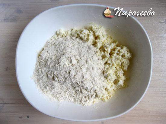 Добавить сухие ингредиенты в тесто