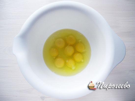 Разбить в глубокую миску яйца