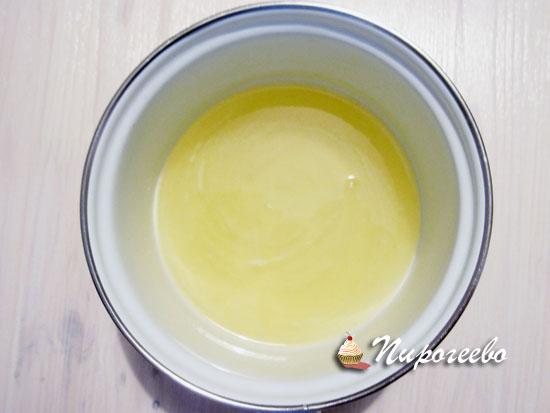 Сок лимона смешать с сахарной пудрой