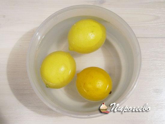 Залить лимоны теплой водой