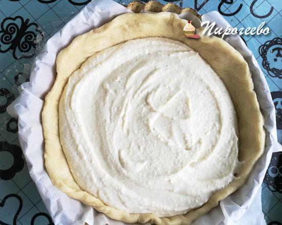 Выкладываем начинку на основание пирога