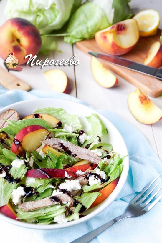 Салат с пряной индейкой , персиками и салатом