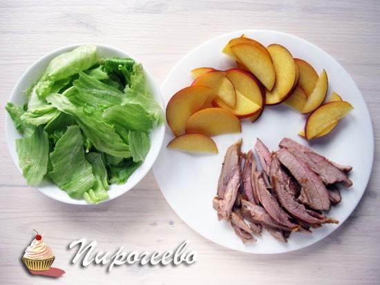 Салат нарезать на кусочки, персики нарезать