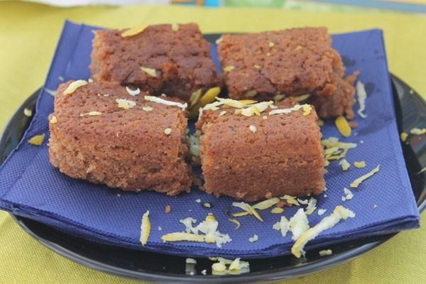Шоколадный брауни можно украсить цедрой лимона или лайма