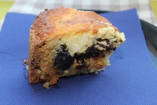Творожный пирог с черносливом в разрезе