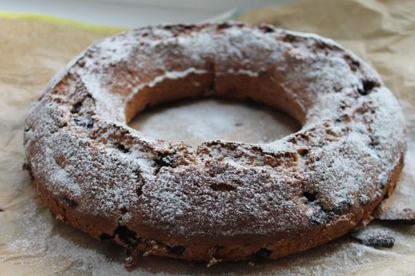 Кекс со смородиной можно посыпать сахарной пудрой