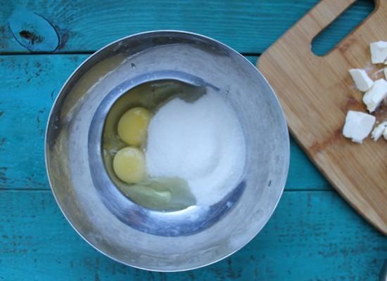 Яйца с сахаром взбить добела