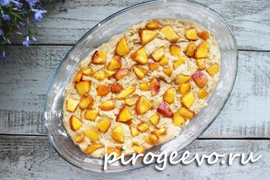 Пирог со свежими персиками готов отправляться в духовку