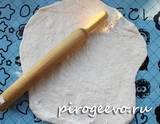 Раскатываем тесто на поверхности по размеру противня