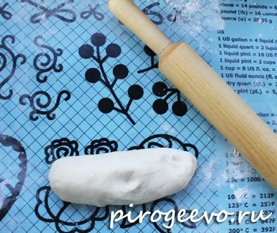 Разделываем тесто для чебуреков