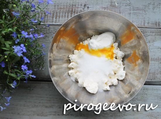 Добавляем яйцо в начинку для творожников