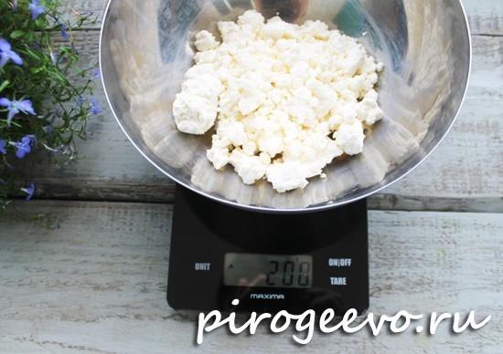 Отмеряем творог на кухонных весах