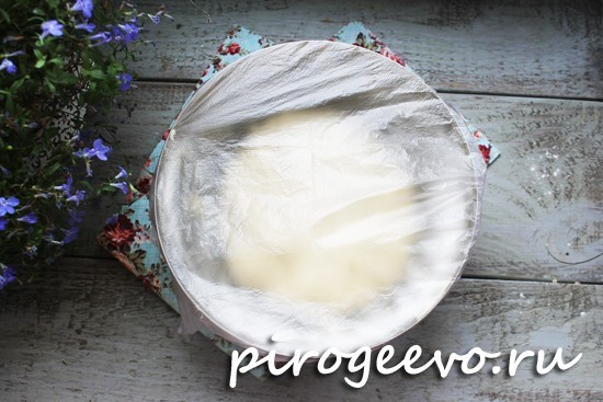 Тесто в миске накрываем пищевой пленкой