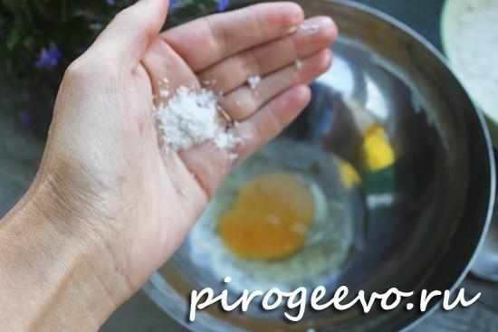Добавляем соль в яйца