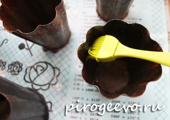 Смазываем растительным маслом формы