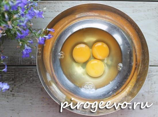 Куриные яйца разбиваем в миску