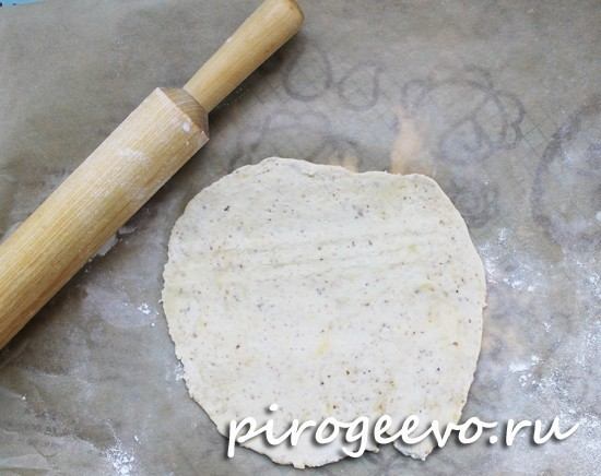 Раскатываем тонким слоем тесто