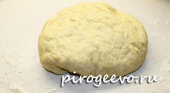 Выкладываем тесто для разделки булочек