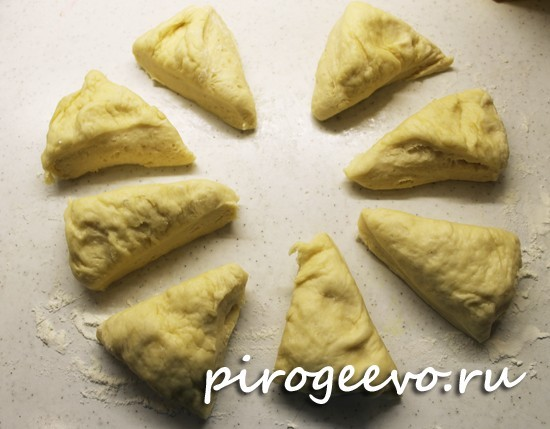 Делим тесто для плюшек на 8 частей