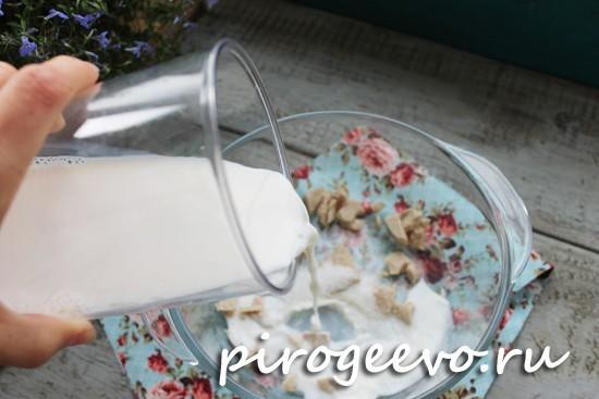 Теплое молоко добавляется в опару
