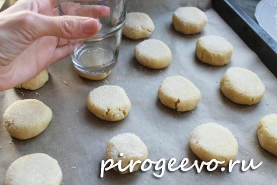 Придаем плоскую форму печенькам