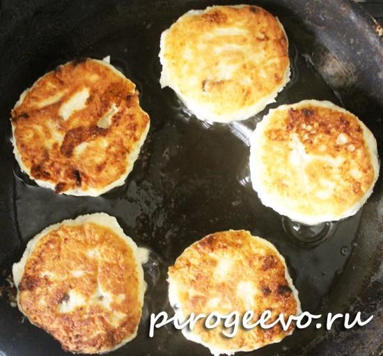 Сырники с манкой обжариваются на сковороде