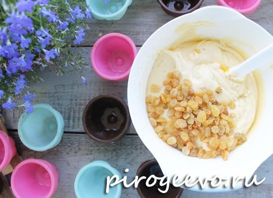 Добавляем в тесто для пасхальных кексов изюм