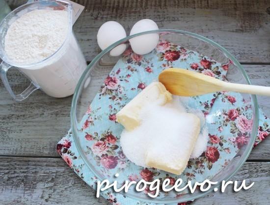Масло смешиваем с сахаром