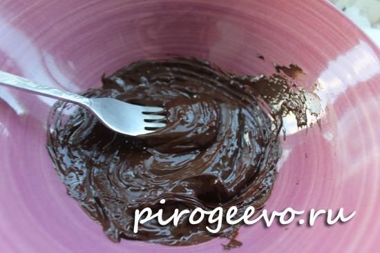 Растопленный шоколад в миске
