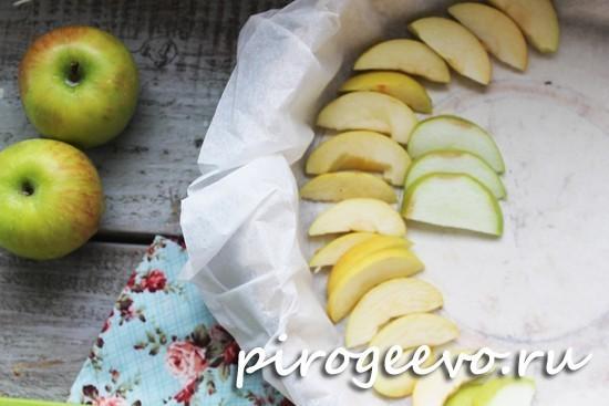 Укладываем яблоки на дно форму
