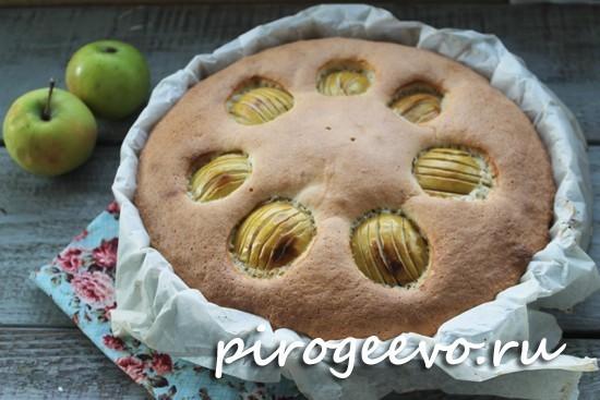 Классическая шарлотка с яблоками готова