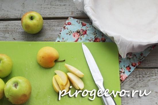 Режем яблоки на мелкие кусочки