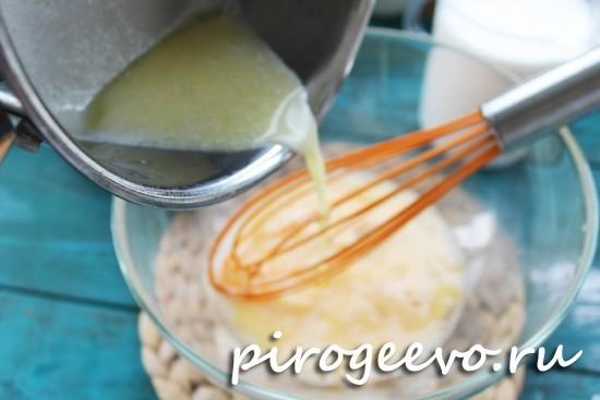 Вливаем растопленное сливочное масло