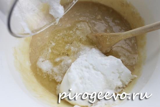 Взбитые белки вводим в куличное тесто