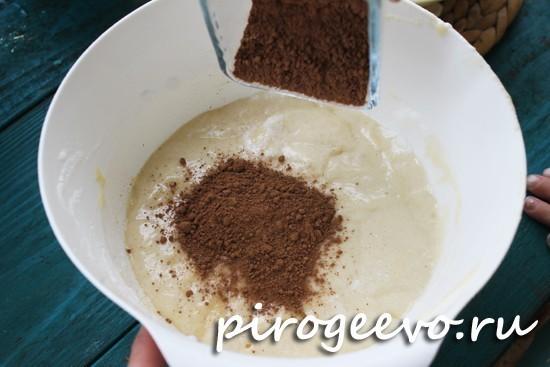 Добавляем какао в тесто