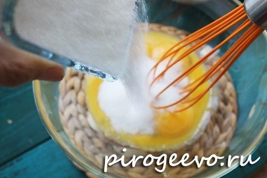 Добавляем сахар в желтки