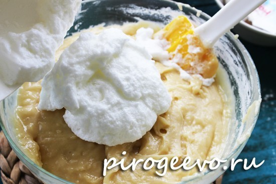 Добавляем взбитые белки в тесто