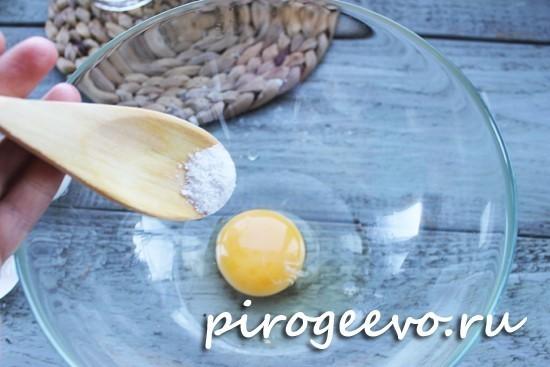 Размешиваем яйцо с солью