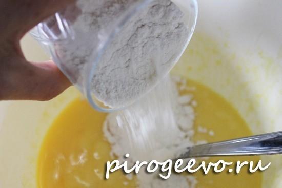 Мука просеивается и добавляется в тесто