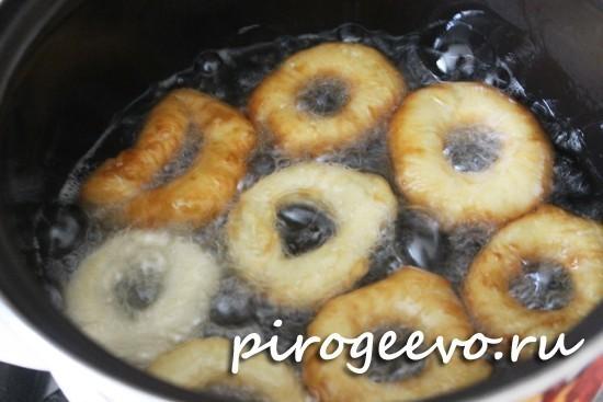 Пончики обжариваются в хорошо разогретом масле