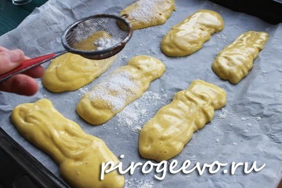 Присыпаем сахарной пудрой печенье перед тем, как отправить в духовку