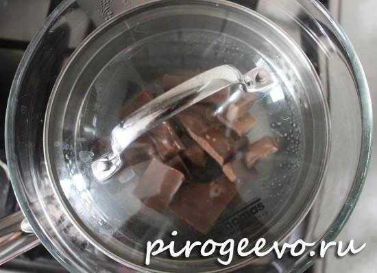 Накрываем крышкой емкость с шоколадом