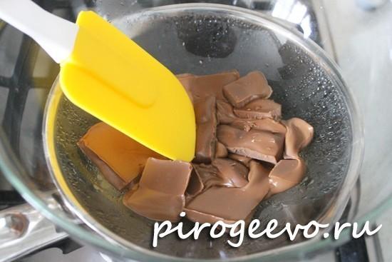 Перемешиваем с помощью лопатки сладкую смесь