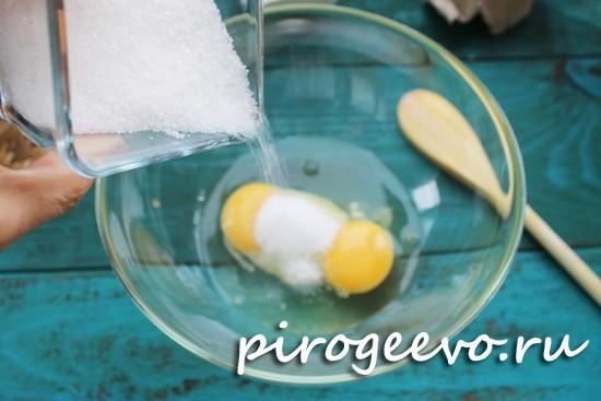 Разбиваем яйца в миску, размешиваем с сахаром