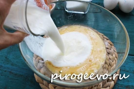 Добавляем стакан кефира в тесто для оладий